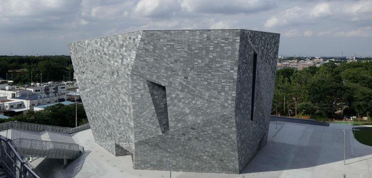 La facciata del nuovo Museo della Cultura di Kadokawa è stata realizzata con 20.000 pezzi di granito